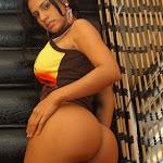 Andrea Rincon, Selena Spice Galeria 36 : Shakiras, Camiseta Negra Con Amarillo y Rojo, Tanga Amarilla y Naranja Foto 62
