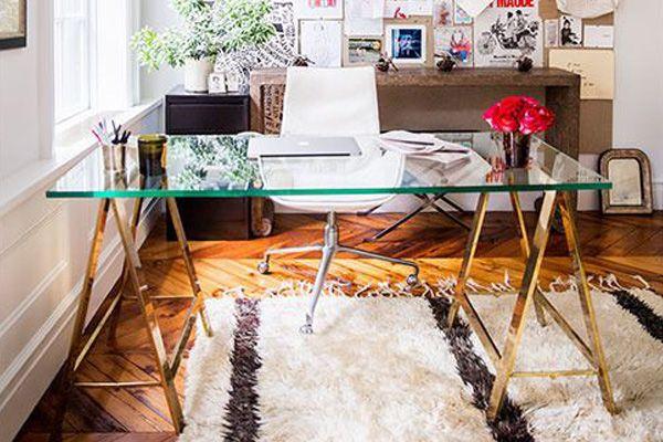 mesa com pés de cavalete em ferro dourado com tampo de vidro
