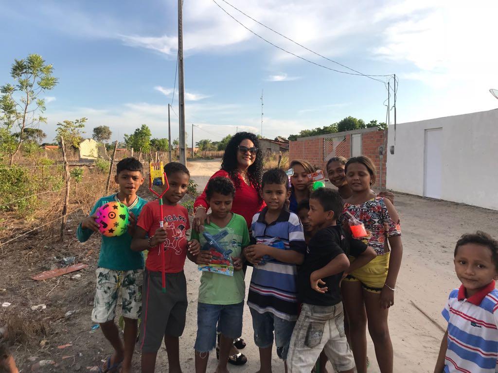 Em gesto solidário, empresária Rejânia Sousa entrega presentes a diversas crianças de Anapurus