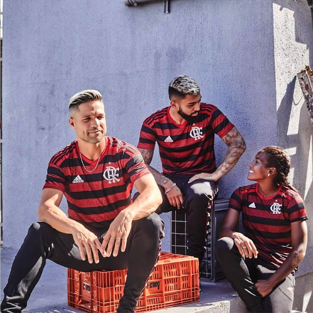 fa1ce7269d0d6 Gabigol e Diego com a nova camisa 2019 2020 do Flamengo - Foto  Divulgação