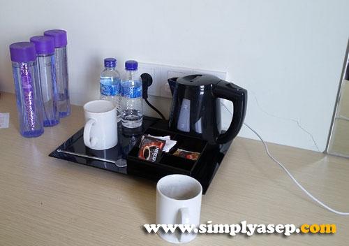 COFFEE MAKER : Standar dengan alat pembuat teh dan kopi yang sudah tersedia.  Sayagnya gelasnya polos.  Tidak ada labe atau print nama hotel di gelas beling itu. Foto Asep Haryono
