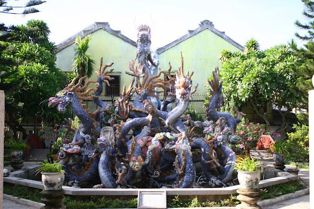 Pusat taman olahraga air mancur dengan naga yang terbuat dari tembikar.