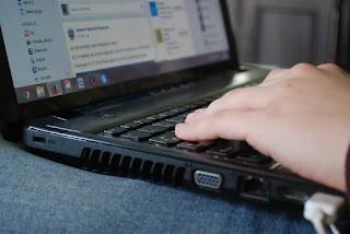 escribiendo en laptop