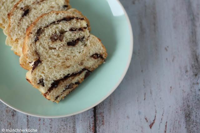 Ein süßes Brot aus Hefeteig mit Schokolade und Pekanüssen.