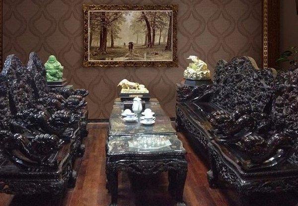 Bàn ghế gỗ mun chắc và bền