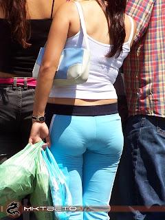 chica-joven-marcando-calzon-mallones