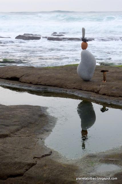 piedras en equilibrio, caminantes, playa Azkorri, stone balance,