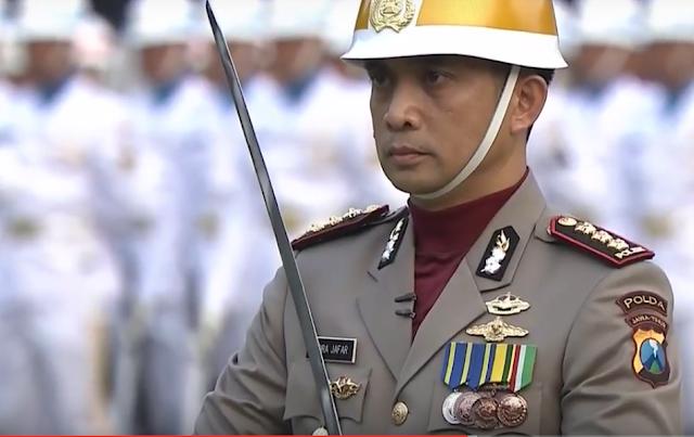 komandan upacara penurunan bendera