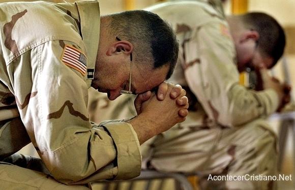 Militares estadounidenses orando