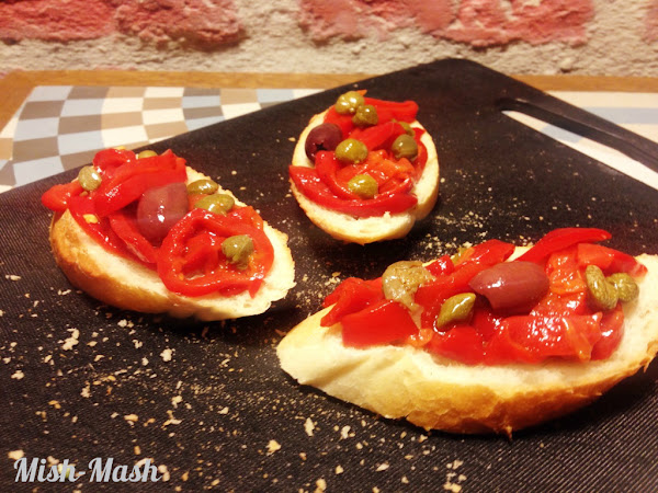 Тапас с печена червена чушка, маслини и каперси