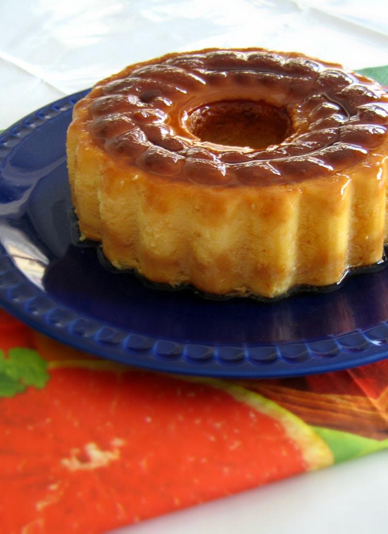 Pudim de Côco e Laranja em prato azul / Coconut-Orange pudding in an orange plate