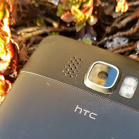 HTC HD2 Rückseite mit HTC Schriftzug; im Hintergrund herbstliche Pfanze