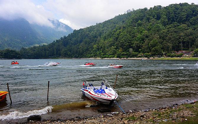 Serunya Naik Boat di Telaga Sarangan, Magetan
