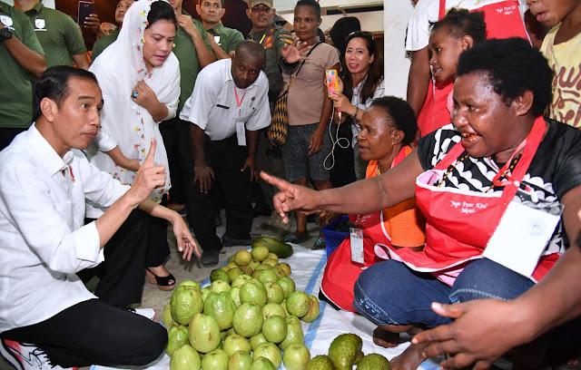Saat Jokowi Belanja di Pasar Mama Mama