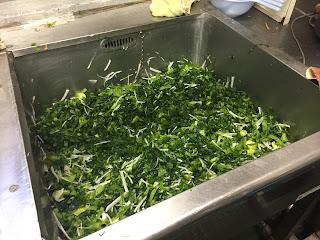 水気を切った青菜をネットから出す。