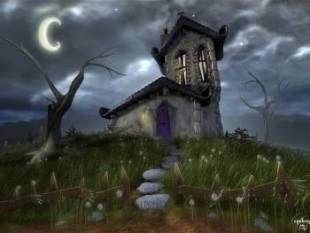 Casa encantada bajo la luna, con césped y camino de piedra, nubarrones en el cielo y árbol seco