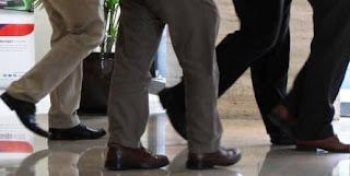pria kantoran berjalan