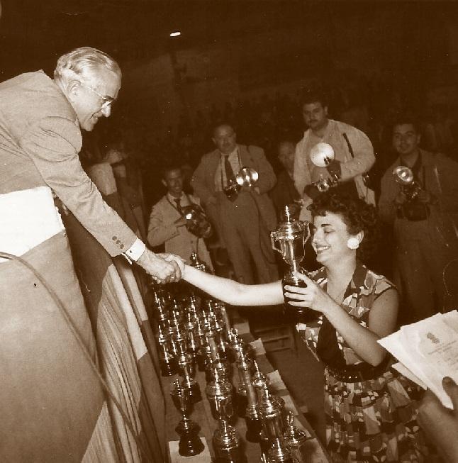 Un momento de la entrega de premios del IV Campeonato de España de Ajedrez Femenino Valencia 1955