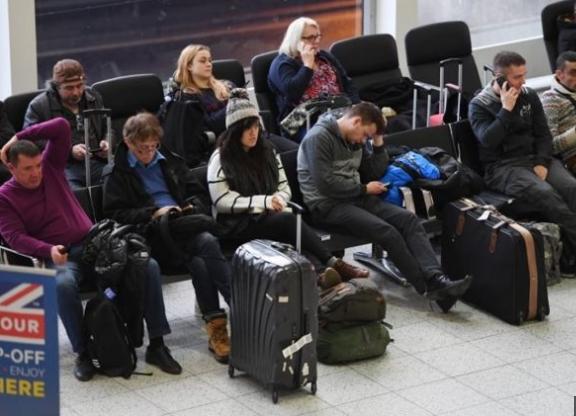 طائرات بدون طيار في مطار جاتويك؛ والشرطة البريطانية تعتقل شخصين مشتبه بهم.
