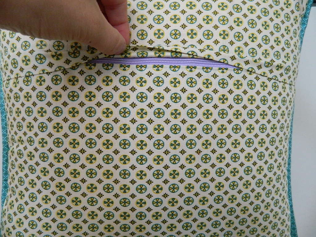 Installing zipper closure in a pillow cover tutorial
