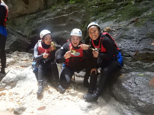 Trekkers enjoying a snack during Kawasan Canyoneering