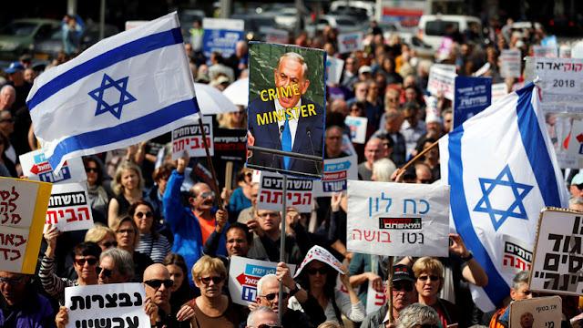 """""""Bibi, vete a casa"""": Cientos de israelíes protestan contra Netanyahu por acusaciones de corrupción"""