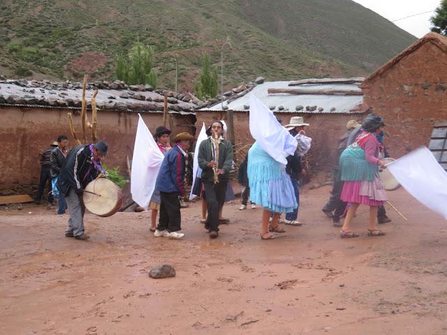 Am Karnevalsdienstag kommen die Carnevalistas von den diversen Dörfern nach Esmoraca runter