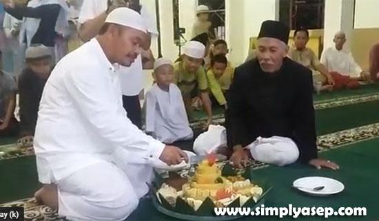 PEMOTONGAN TUMPENG : Ketua Pembangunan Masjid Babussalam Duta Bandara, Ir H Rudyanto Putro saat melakukan pemotongan tumpeng disaksikan oleh pengurus dan jamaah Masjid. Foto Asep Haryono
