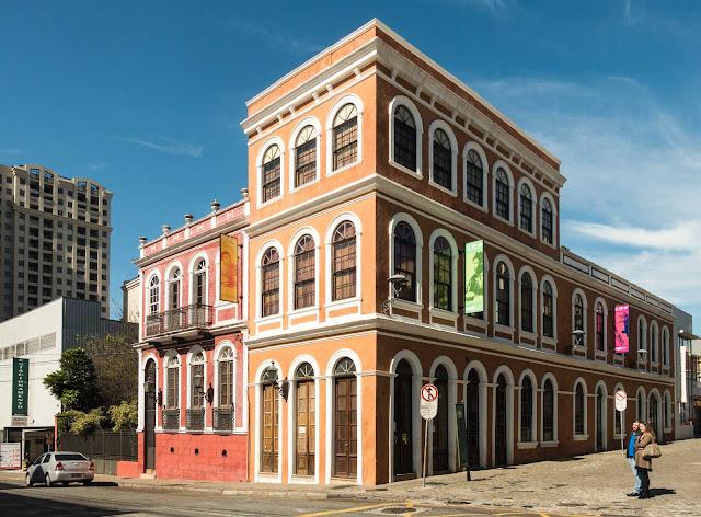 O Solar dos Guimarães e o prédio ao lado
