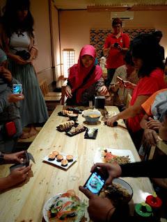 Aksi para food blogger saat mengambil foto makanan