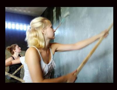 Mahasiswi Belgia sedang ngecat tembok saat melakukan kerja sosial di Desa Kemutug Lor, Kecamatan Baturraden, Banyumas, Jawa Tengah.