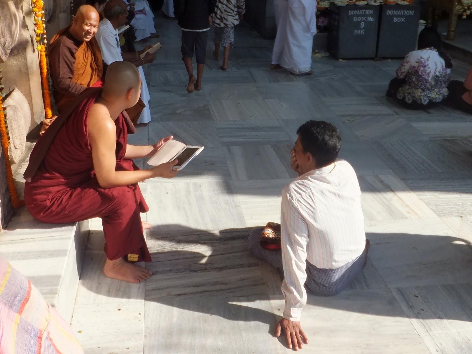буддисткий монах с планшетом