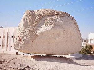 Batu Terbang di lingkungan Haram Assyarif