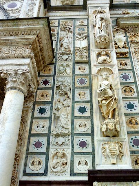 Esculturas en la entrada a la Cartuja de Pavia