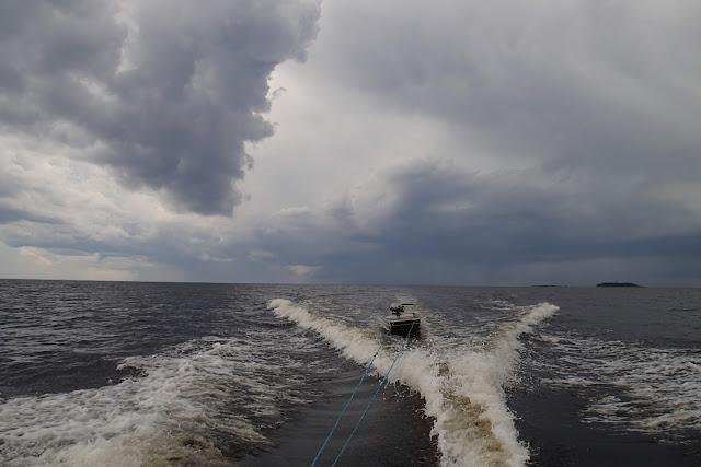 Pikkuinen vene tulee isomman vetämänä.