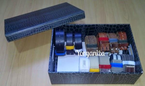 Vários cintos organizados em caixa organizadora