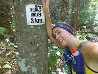 Coureuse fatiguée, trail, randonnée, Vallée-Bras-du-Nord, affiche de kilométrage