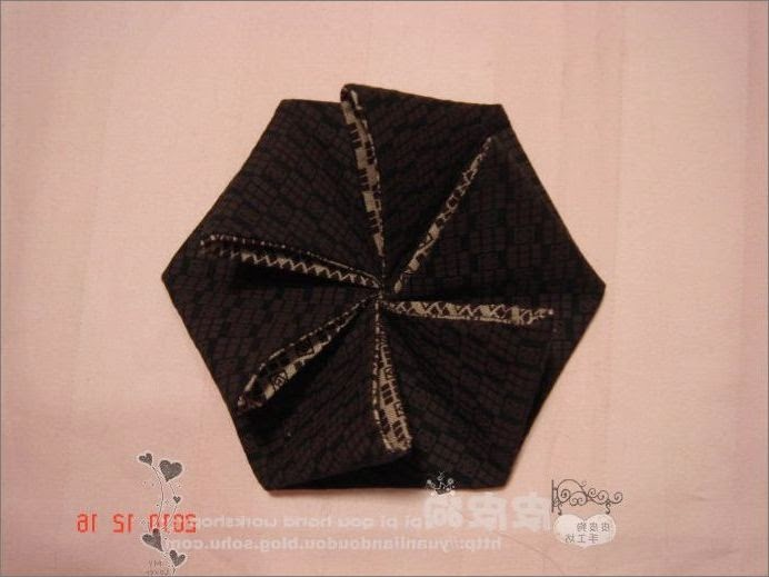 Сумка с фермуаром, украшенная цветами в технике оригами из ткани
