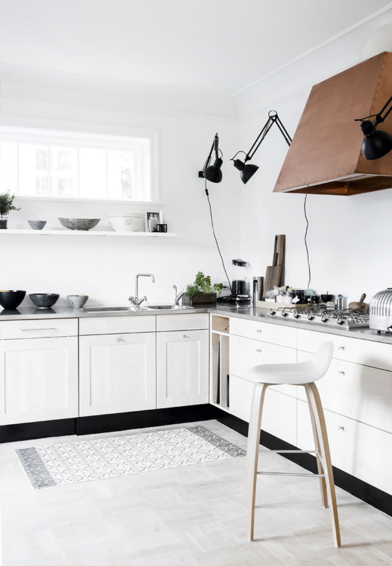 Swing arm lamps in the kitchen | Pernille Kaalund via Bolig