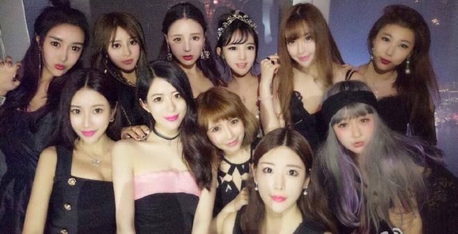 """Bức ảnh 11 hot girl trong buổi tiệc khiến người ta """"hoa mắt chóng mặt"""""""