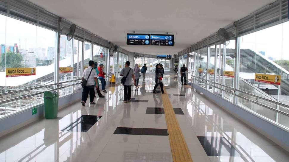 Penumpang KRL Terkunci di Stasiun Tanah Abang Akibat Kerusuhan