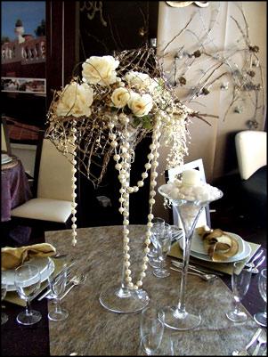 Decore a mesa do jantar com fios de pérolas e flores