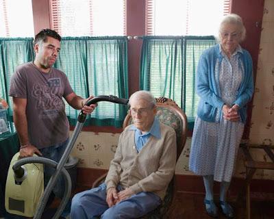 Lustiger Opa wird abgestaubt - Familienbilder lustig