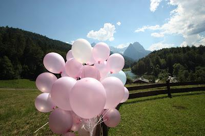 Helium-Ballons - Deutsch-indische Hochzeit im Riessersee Hotel Garmisch-Partenkirchen, Bayern, Navy Blue, Weiß, Fuchsia, Vintage, Schmetterlinge, Ballons - #deutsch-indische Hochzeit #Riessersee Hotel #heiraten in Bayern #Hochzeit in Garmisch