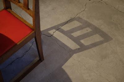 長野県松本市の本屋 栞日の二階の本と雑貨のスペース 椅子