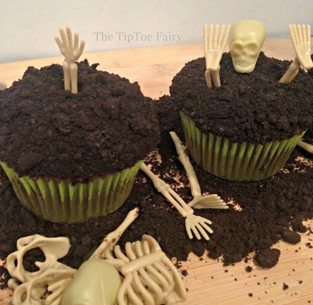 Boneyard Cupcakes - perfect for Halloween parties! | The TipToe Fairy