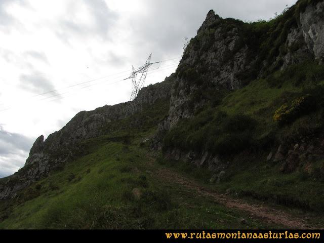 Ruta La Collada Monsacro: Subiendo el Monsacro, camino cercano a la torre de alta tensión
