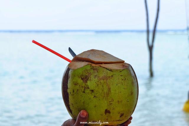 minum es kelapa di pulau tidung