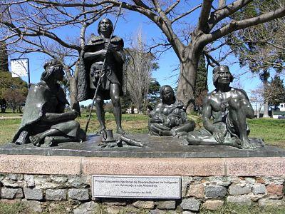 Monumento en homenaje a los últimos charrúas. Estatuas de cuatro indígenas.