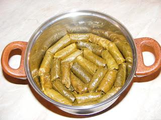 retete mancare traditionala romaneasca, reteta sarmalute in foi de vita,